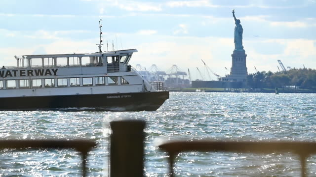 new york slowmotion lady liberty - 客船点の映像素材/bロール