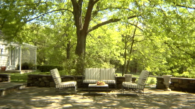 stockvideo's en b-roll-footage met ws, usa, new york state, bedford hills, three children (6-9 years) running up and seating at outdoor seating area in back garden - 6 7 years