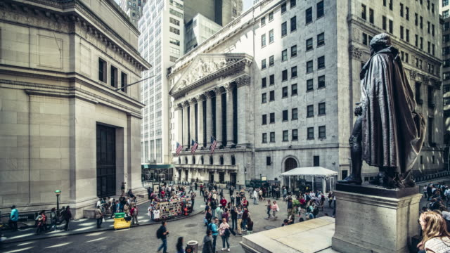 vidéos et rushes de new york stock exchange, broad street, new york, usa - bourse de new york