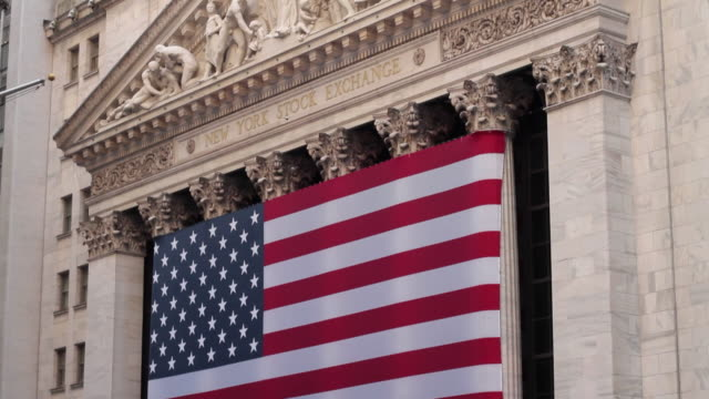 vidéos et rushes de slo mo ms td new york stock exchange building with american flags, wall street district / new york city, new york, usa - bourse de new york
