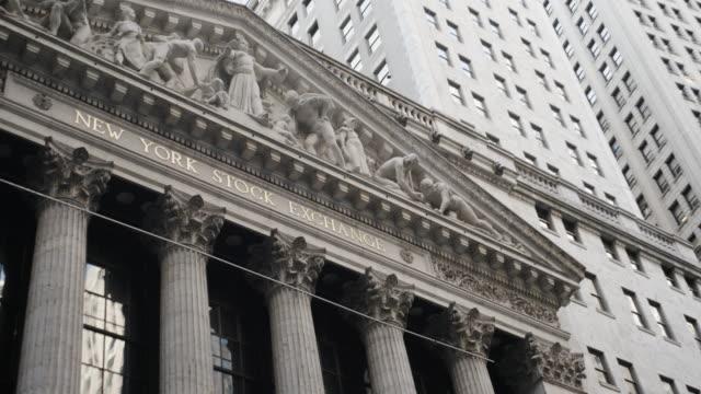 new york stock exchange - establishing shot - new york city - establishing shot - summer 2016 - 4k - borsa di new york video stock e b–roll