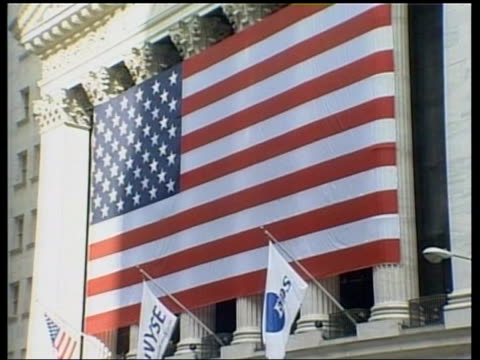 vídeos y material grabado en eventos de stock de int dealers on floor of exchange track tms ditto new york large us flag on nyse building pull out i/c - bolsa de nueva york