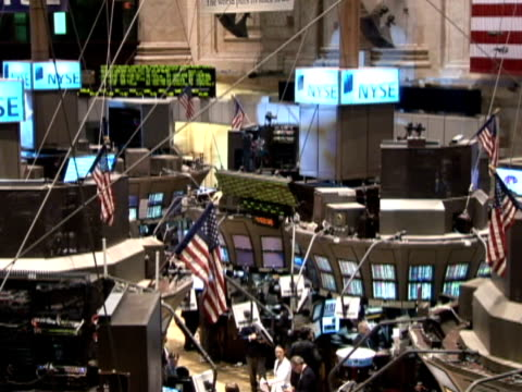vidéos et rushes de new york stock exchange on october 23 2008 / zo from stock ticker to ws of trading floor / pan ws trading floor / traders on computers - bourse de new york