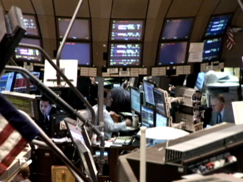 stockvideo's en b-roll-footage met new york stock exchange on october 23 2008 / ha trader on computer / zo trader on computers / zo ha television report / traders on computer / stock... - 2008