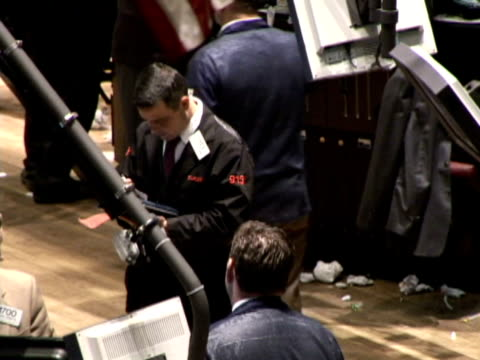 vidéos et rushes de new york stock exchange on october 23 2008 / traders on the trading floor - bourse de new york
