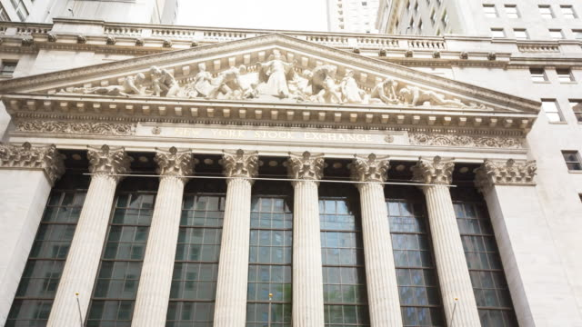 vidéos et rushes de new york stock exchange, pan up - bourse de new york