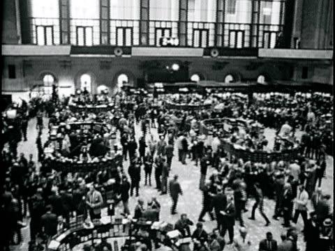 vídeos de stock, filmes e b-roll de new york stock exchange trading floor crowded w/ people - 1963