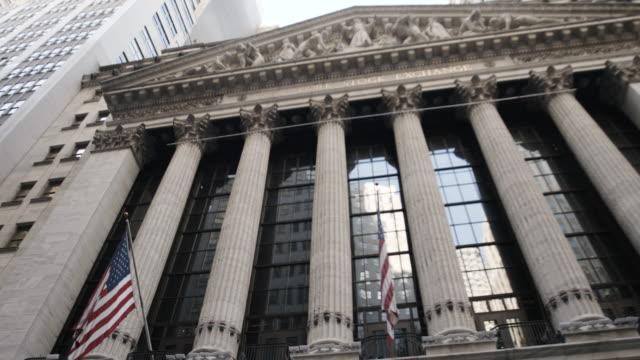 new york stock exchange - wall street - establishing shot - exterior - new york city - summer 2016 - 4k - ニューヨーク証券取引所点の映像素材/bロール
