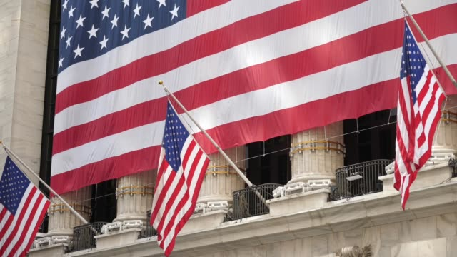 new york stock exchange with american flag - new york stock exchange stock videos & royalty-free footage