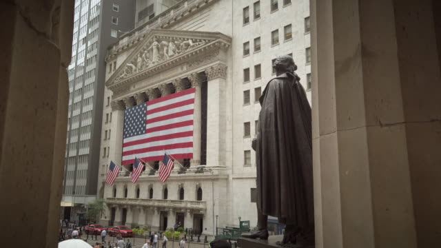 vídeos de stock e filmes b-roll de new york stock exchange with us flag - george washington