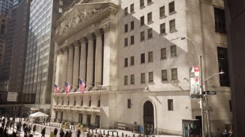 """vídeos y material grabado en eventos de stock de new york stock exchange (""""nyse"""") with """"wall street"""" sign - vinculación"""