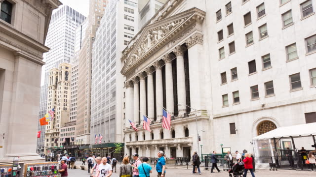 new york stock exchange, zoom out - ニューヨーク証券取引所点の映像素材/bロール