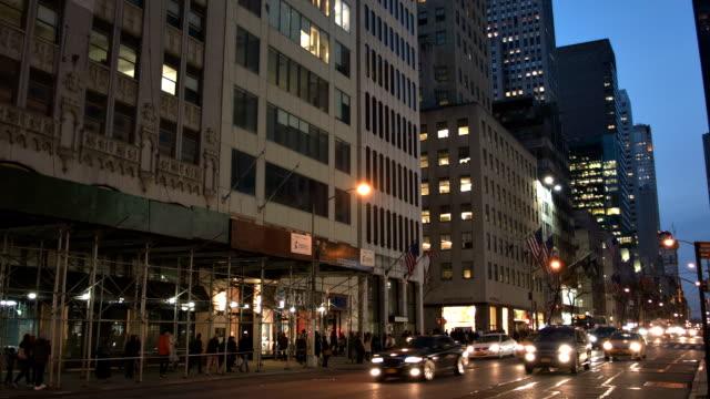 vídeos de stock e filmes b-roll de rua de nova york à noite - por volta do século 7 dc