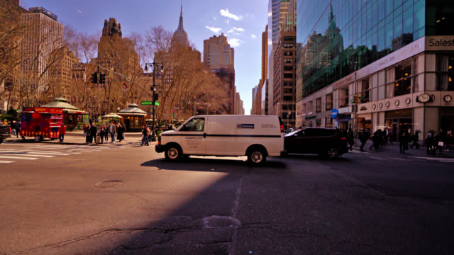 new york street. bürogebäude. - nordamerika stock-videos und b-roll-filmmaterial