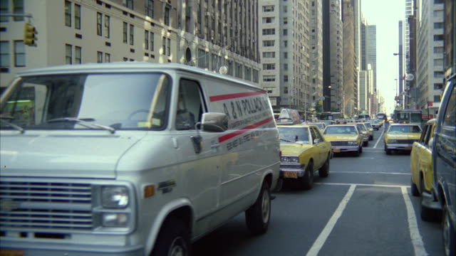 ms new york street with heavy traffic  - gelbes taxi stock-videos und b-roll-filmmaterial