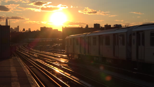 stockvideo's en b-roll-footage met new york subway train at sunset - tegenlicht