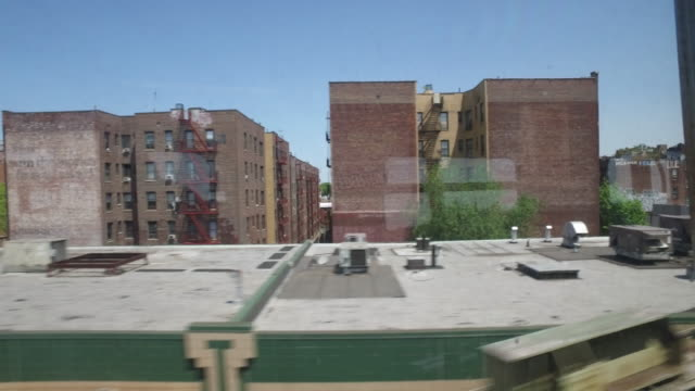 new york subway train passing residential area - inquadratura da un treno video stock e b–roll