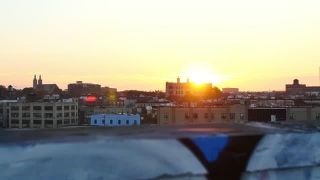 vídeos de stock e filmes b-roll de new york sunset in bushwick - muro circundante