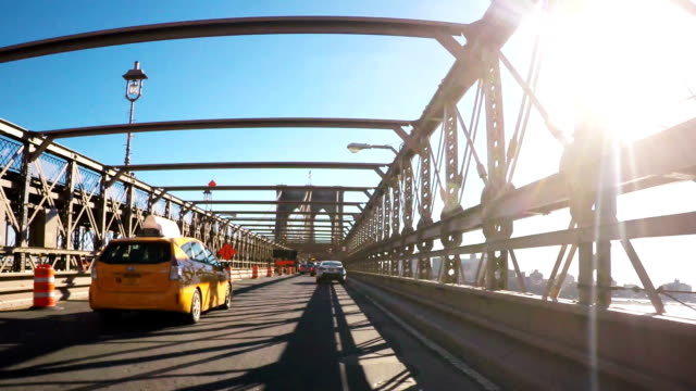 nuovo york taxi di attraversare il ponte di brooklyn - yellow taxi video stock e b–roll