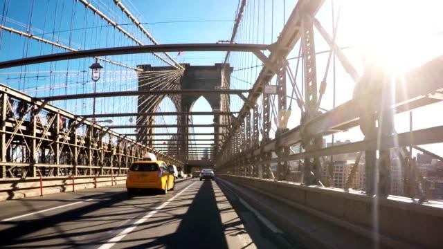 Neu York Taxis fahren Sie über die Brooklyn Brücke