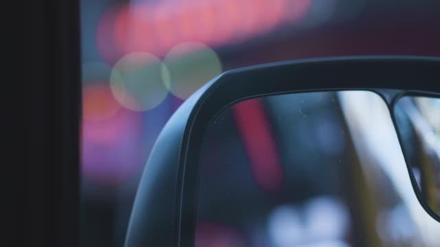 vídeos de stock, filmes e b-roll de nova york taxi lado espelho retrovisor - yellow taxi