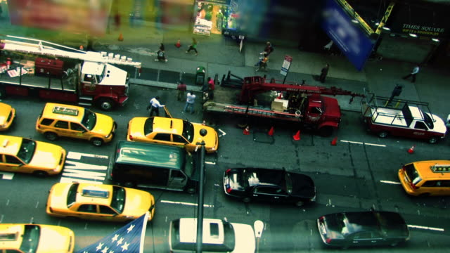 taxi in new york - yellow taxi stock-videos und b-roll-filmmaterial