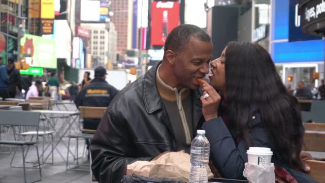 stockvideo's en b-roll-footage met new york time square afro amerikaanse volwassen volwassen paar week einde fun - afro amerikaanse etniciteit