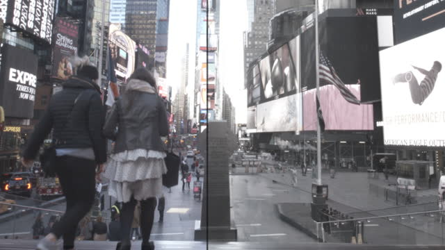 vídeos de stock e filmes b-roll de new york time square from nobody to crowded cityscape - pessoas ao fundo