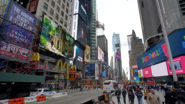 vídeos de stock e filmes b-roll de new york times square - crane up past signs billboards shoppers tourists - moving past