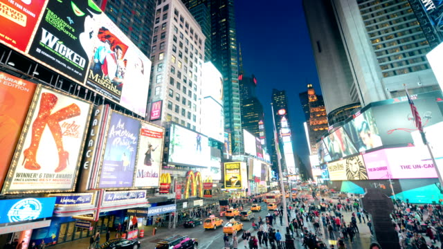 stockvideo's en b-roll-footage met new york times square time lapse panorama - digitaal display
