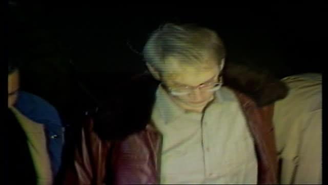 """vídeos y material grabado en eventos de stock de new york vigilante bernhard goetz goes on trial; usa: new york: ext av three supporters outside court holding placards, """"arrest muggers"""", """"no... - usa"""