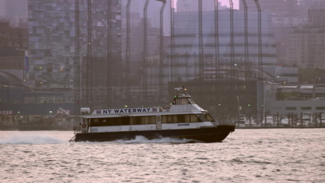 new york water taxi moving along the hudson river in slow motion. - 水上タクシー点の映像素材/bロール