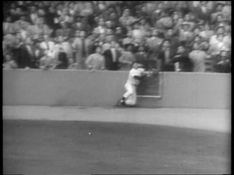 vídeos de stock e filmes b-roll de new york yankee hank bauer trying to catch ball hit into stands / world series / nyc - camisola de basebol
