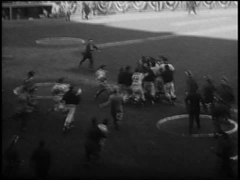 vidéos et rushes de new york yankees crowding around don larsen after completion of the first 'perfect game' in world series history / game 5 / nyc - 1956