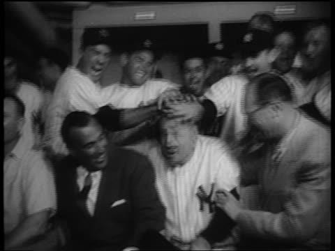 vídeos y material grabado en eventos de stock de new york yankees players rubbing casey stengel's head after championship game - uniforme de béisbol