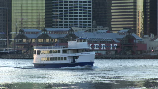 vidéos et rushes de new yorkclose view of ferry cruising in the east river in new york united states - aller tranquillement
