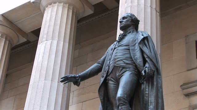 new yorkclose view of george washington statue in new york united states - ジョージ・ワシントン点の映像素材/bロール