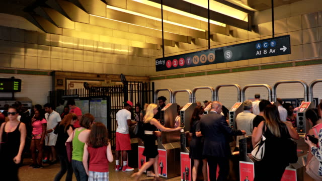 vidéos et rushes de new yorkers, people rush at times square subway station, new york - heure de pointe metro