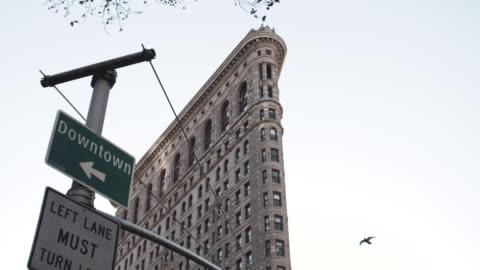 vídeos y material grabado en eventos de stock de new york's flatiron building on a warm autumn afternoon. - señal de circulación