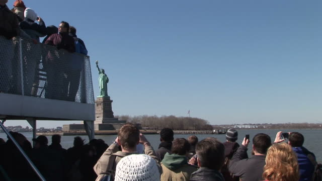 vidéos et rushes de new yorkview from a cruising ferry in new york united states - statue de la liberté