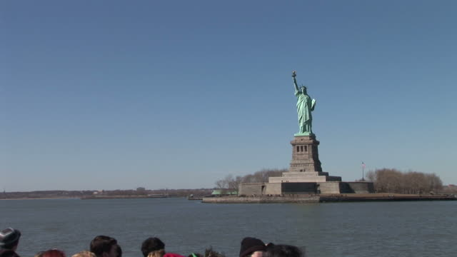 vidéos et rushes de new yorkview from a cruising ferry in new york united states - aller tranquillement