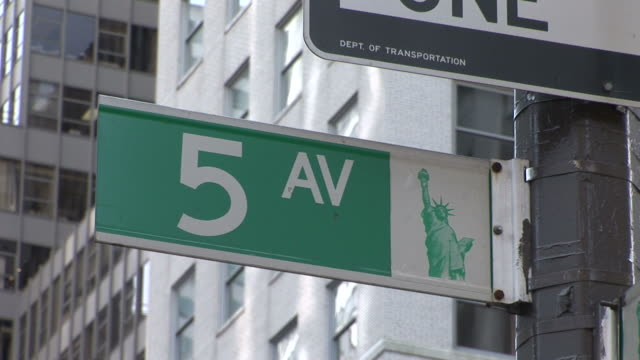 stockvideo's en b-roll-footage met new yorkview of a 5 av signboard in new york united states - getal 5