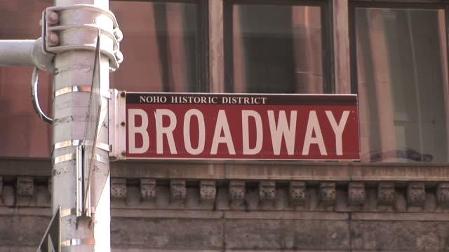 new yorkview of a signboard in new york united states - targa con nome della via video stock e b–roll