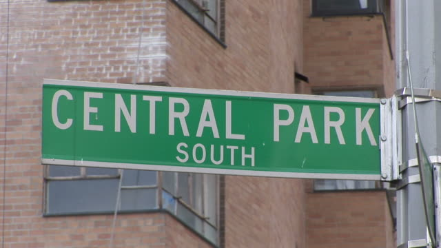 new yorkview of central park south signboard in new york united states - 道路名の標識点の映像素材/bロール