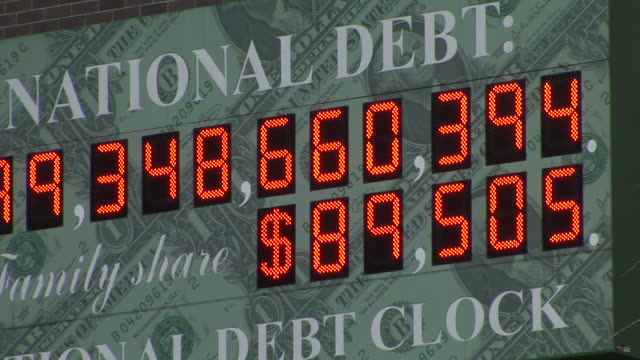 vídeos y material grabado en eventos de stock de new yorkview of national debt clock in new york united states - debt