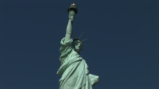 new yorkview of statue of liberty in new york united states - 人の姿点の映像素材/bロール