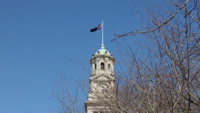 vídeos y material grabado en eventos de stock de new zealand flag unfurling over auckland town hall - torre de reloj