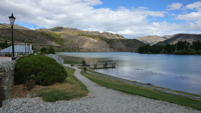 new zealand lake dunstan at old cromwell town - new zealand点の映像素材/bロール