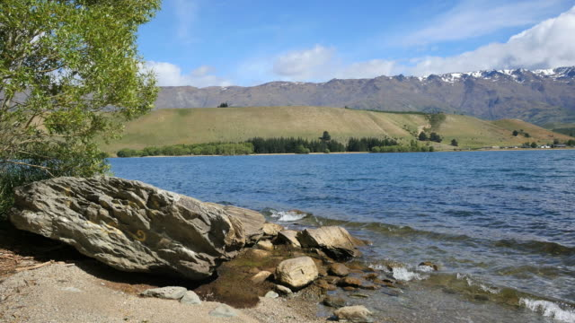 new zealand lake dunstan with big rock and moraine - new zealand点の映像素材/bロール
