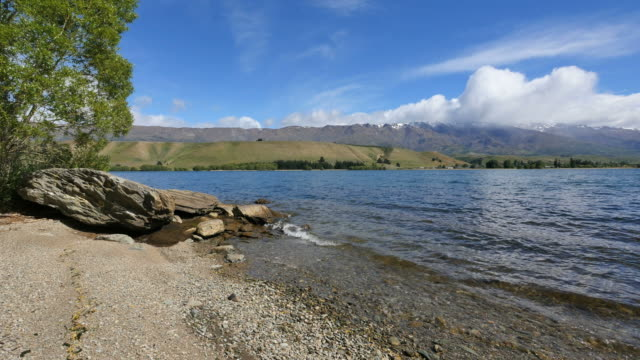 new zealand lake dunstan with moraine and waves - new zealand点の映像素材/bロール